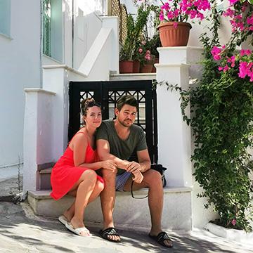 Alex Karo in Griechenland unter buganvilia