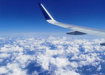 Blick aus dem Fenster über den Wolken