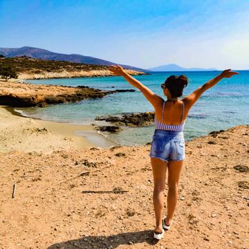 Hawaii Beach Naxos mit Karola die Ihre Arme in die Freiheit ausstreckt