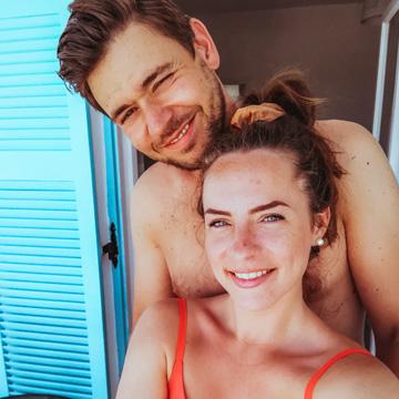 Alex und Karo vor einem Blauen Fenster