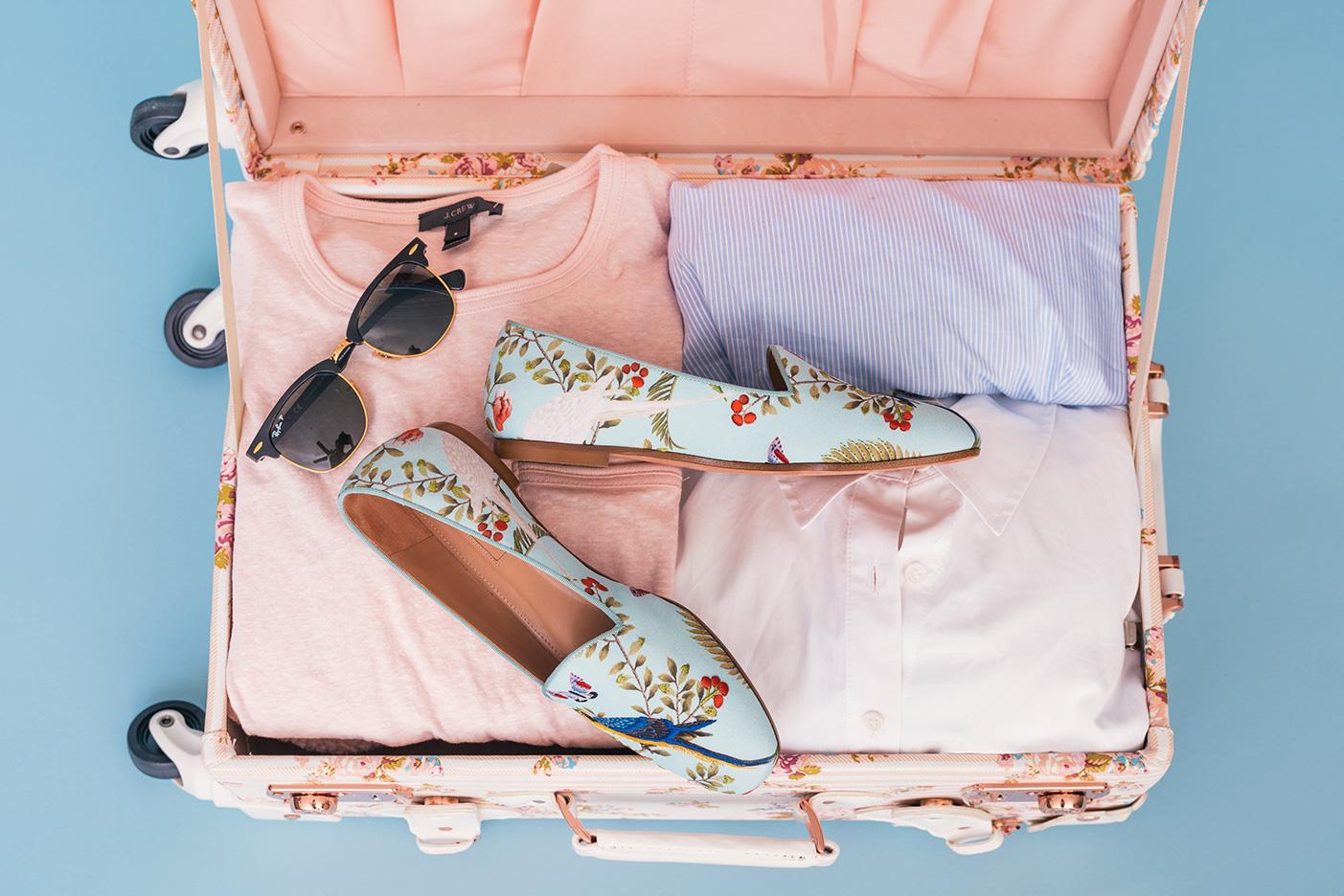 Rosafarbener Koffer mit Stylischen Klamotten perfekt gepackt