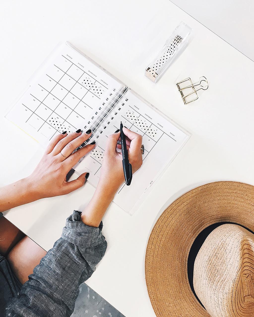 Eine per Hand erstellte Packliste oder Urlaubsliste