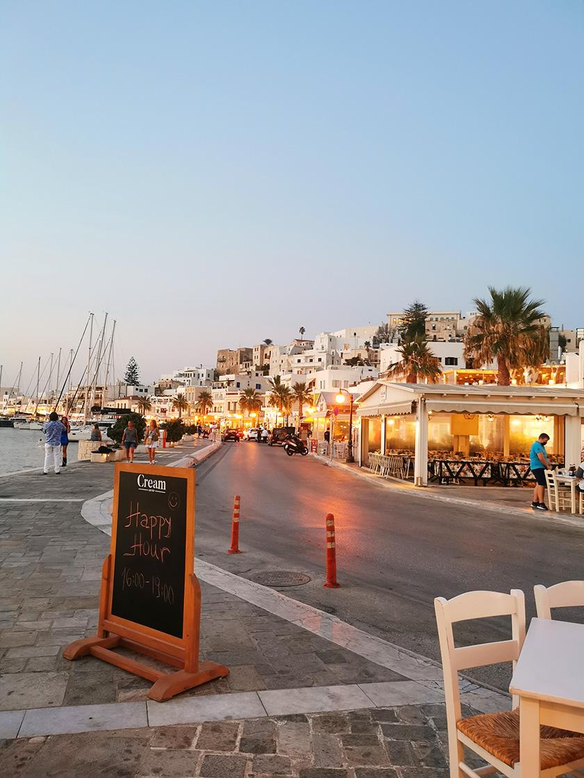 Naxos Sehenswürdigkeiten - Naxos Paralia am Abend direkt an dem Jachthafen
