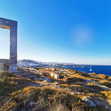Das Tor von Naxos mit der Stadt im Hintergrund