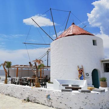 weisse Windmuehle auf Ios Griechenland