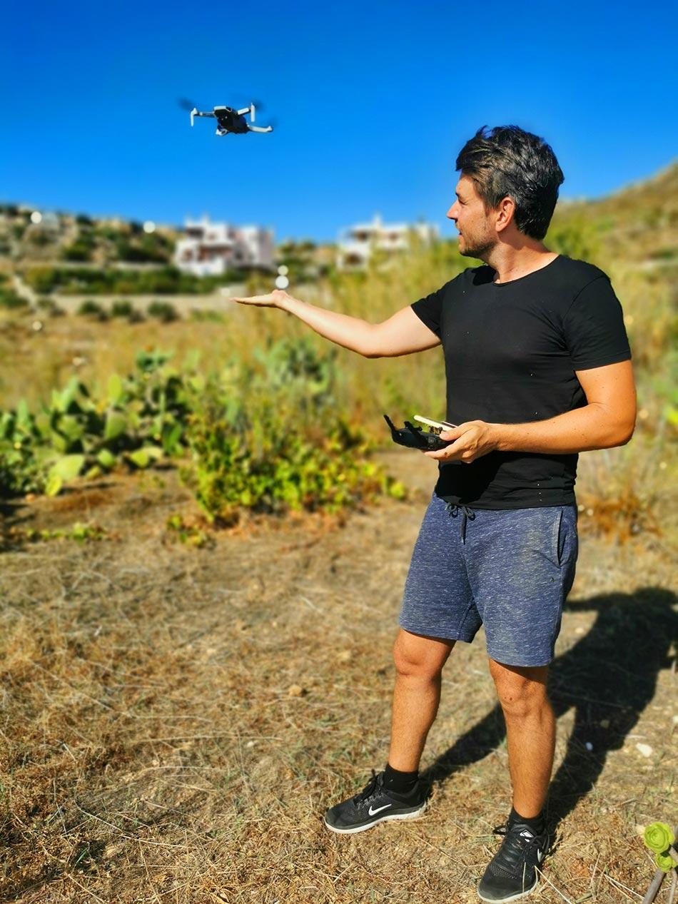 Alex mit seiner DJI Mini Drohne in Griechenland