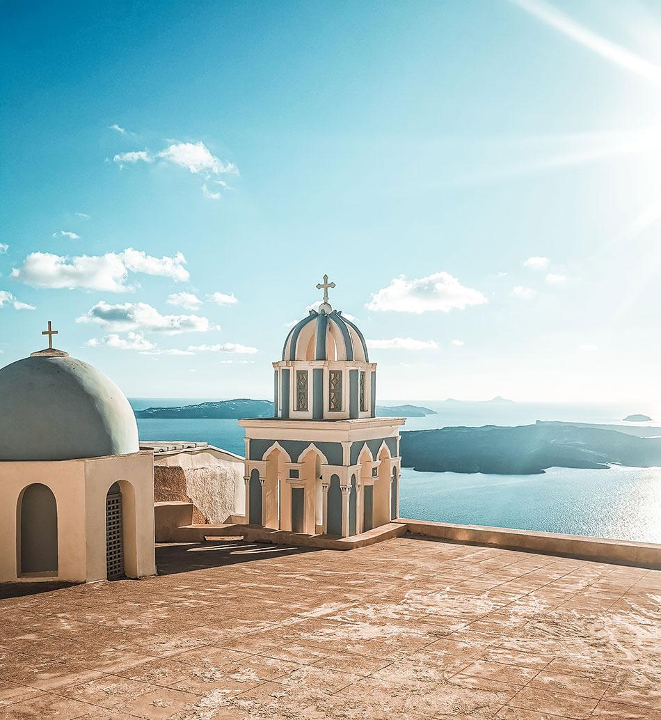 Santorini Sehenswürdigkeiten - Imerovigli Kirchen bei Sonnenuntergang auf dem Weg nach Ioa