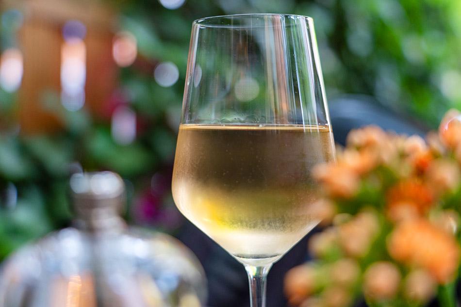 Santorini Sehenswürdigkeit - Santorini Weisswein in einem Weissweinglass. Kühl gelagert