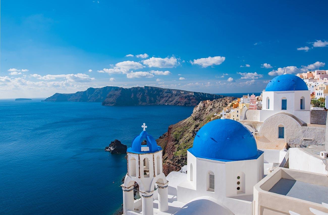 Santorini Panorama aus Fira über die Blauen Kirchendächer Sicht auf das Mittelmeer