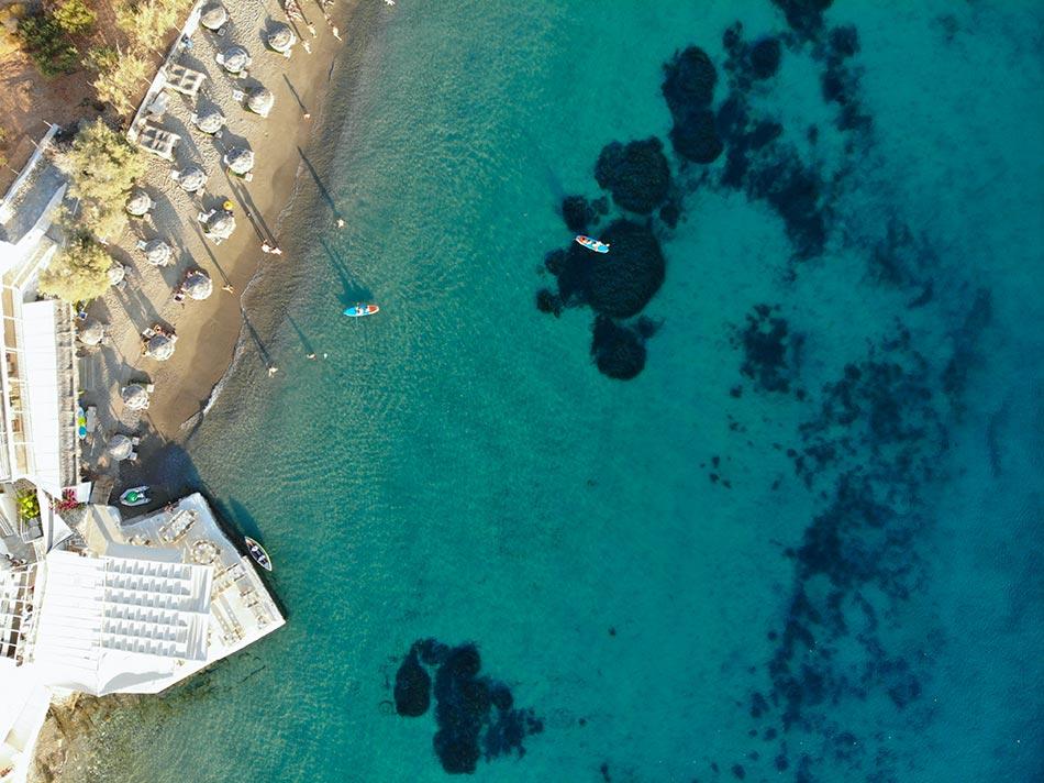 Paros Sehenswürdigkeiten - Paros Strand aus der Drohnen Sicht mit kristallblauem Wasser