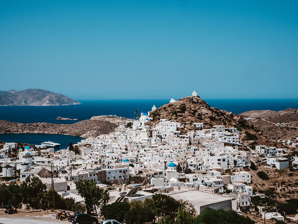 Blick über die Stadt von Ios mit dem Meer und eine weitere Insel im Hintergrund