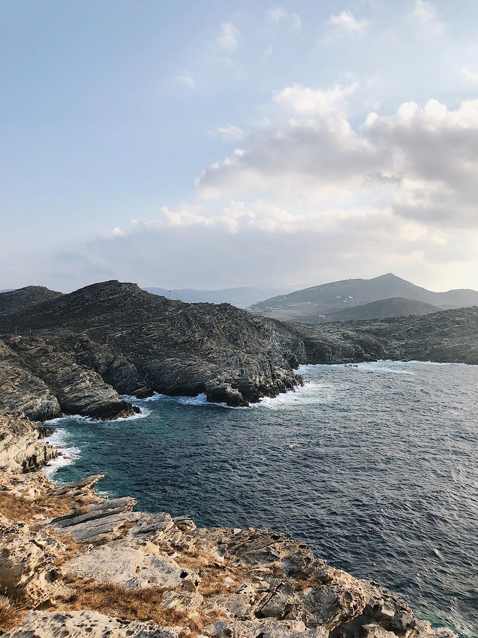Paros Sehenswürdigkeiten - Felsige Küste mit rauem Meer