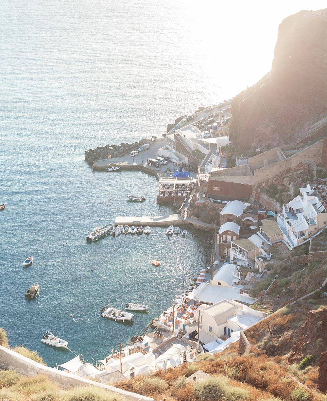 Santorini Sehenswürdigkeit - Amoudi Bucht, Blick vom Fels über den kleinen Hafen mit seinen Motorbooten und den Tavernen