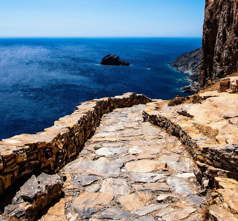 Wanderweg auf Amorgos entlang des Steilhangs mit Blick auf das Mittelmeer