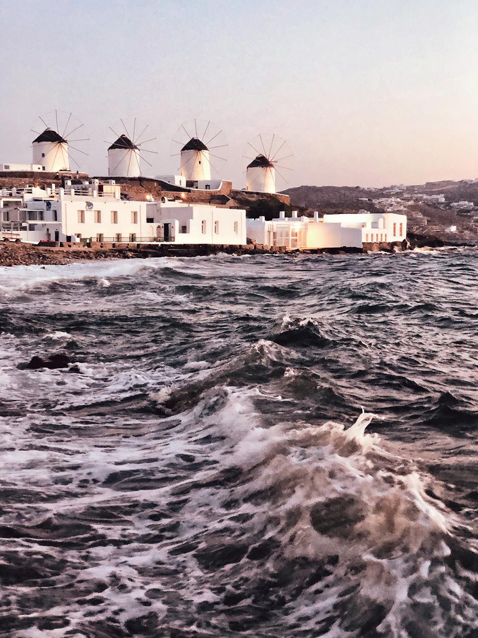 Mykonos Sehenswürdigkeit - Vier Windmühlen vom Wasser aus mit stürmischer See