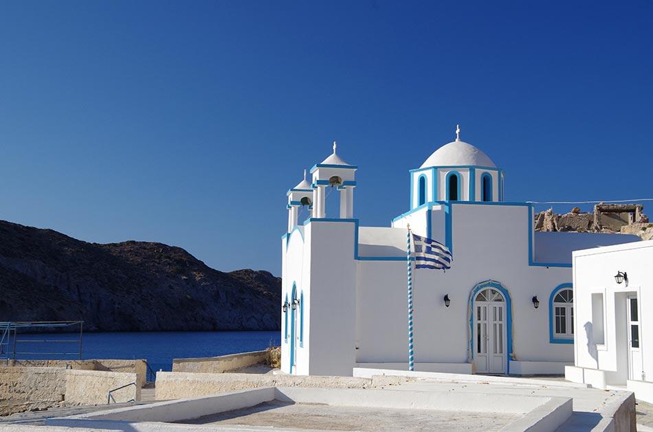 Idylisches Dorf Firopotamos mit Ihrer weissblauen Kirche. In der Mittagssonne