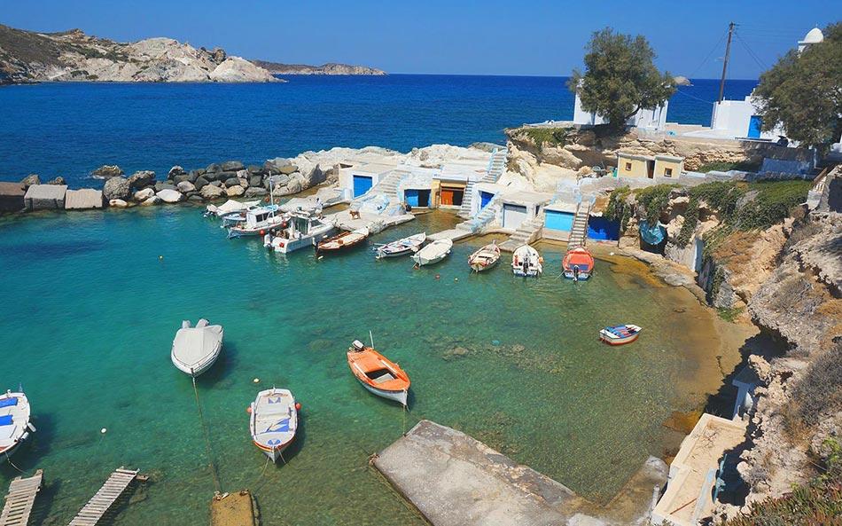 Milos Sehenswürdigkeiten - Fischer Hafen Klima aus der Vogelperspektive mit türkisblauem Wasser und kleinen Fischerbooten