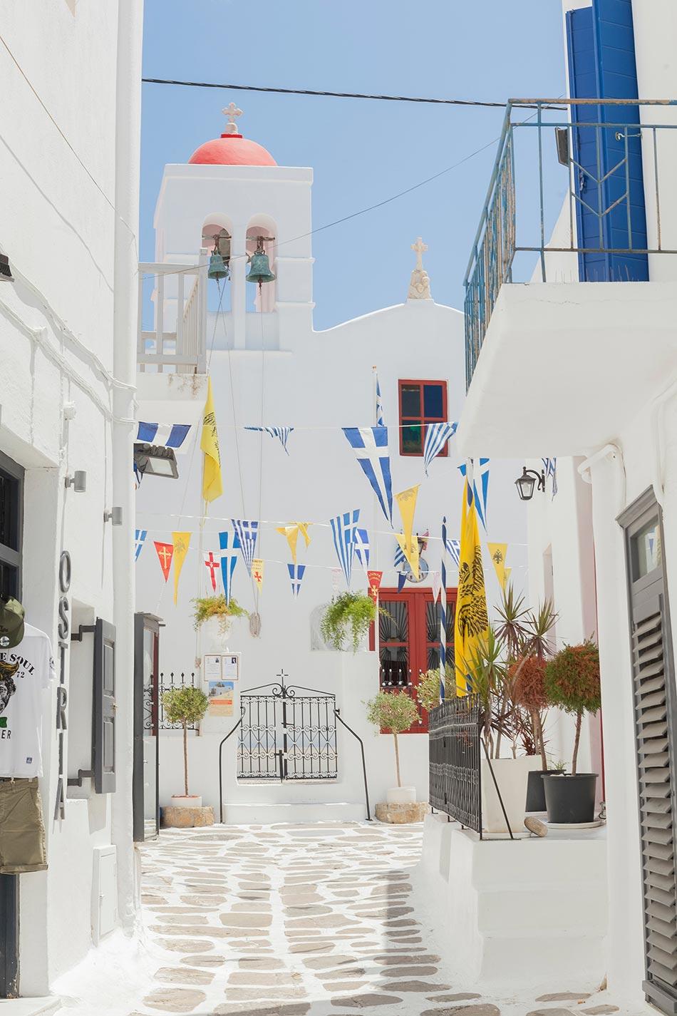 Mykonos Stadt eine Gasse mit weisser Kirche am ende
