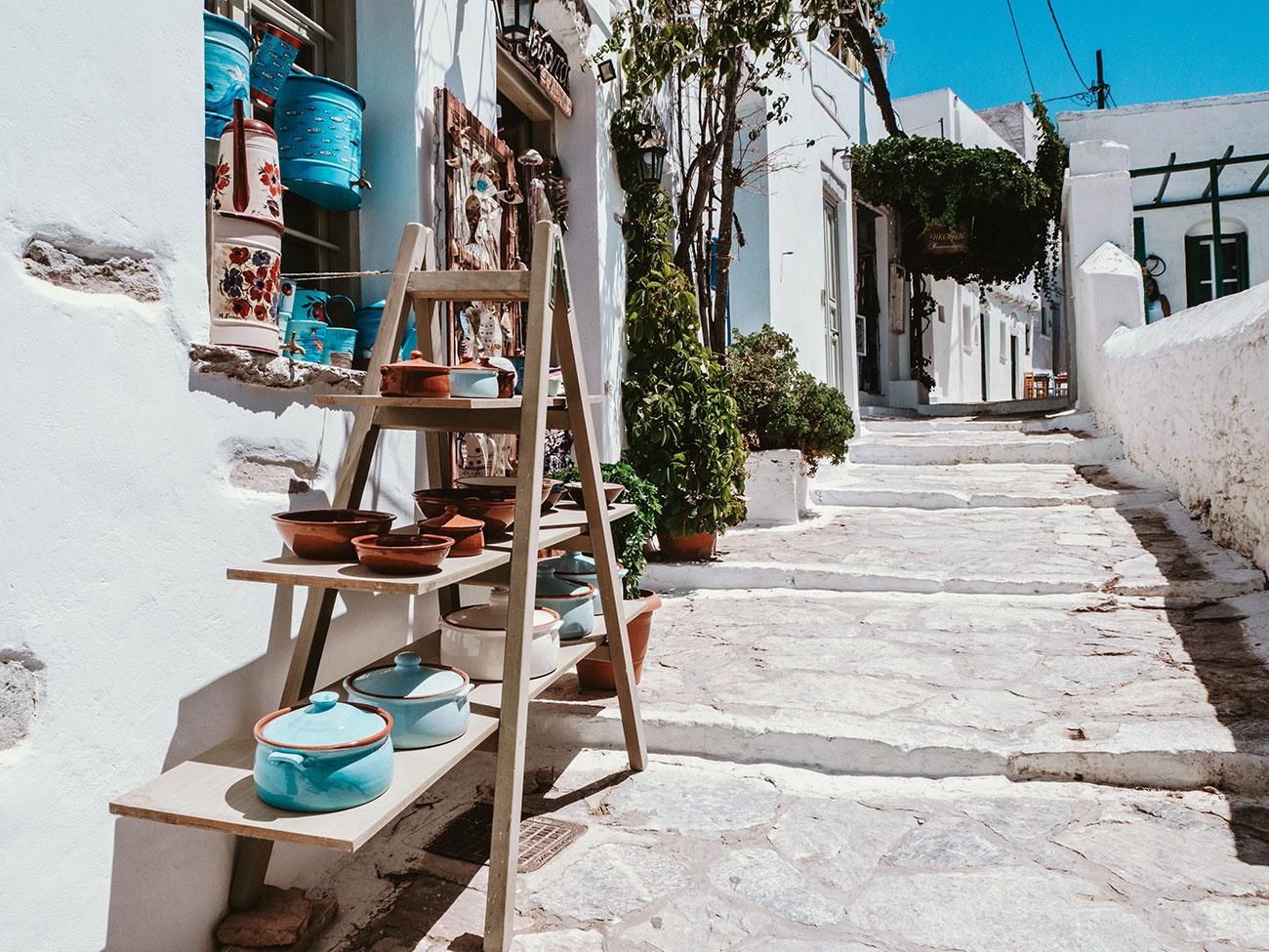 Stadt Amorgos Gasse in der Mittagssonne mit einem kleinen Keramikladen an der Ecke