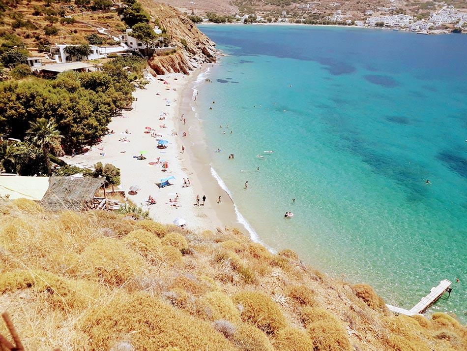 Amorgos Strand mit Personen und Blick auf die gegenüberliegende Küste mit weissen Häusern