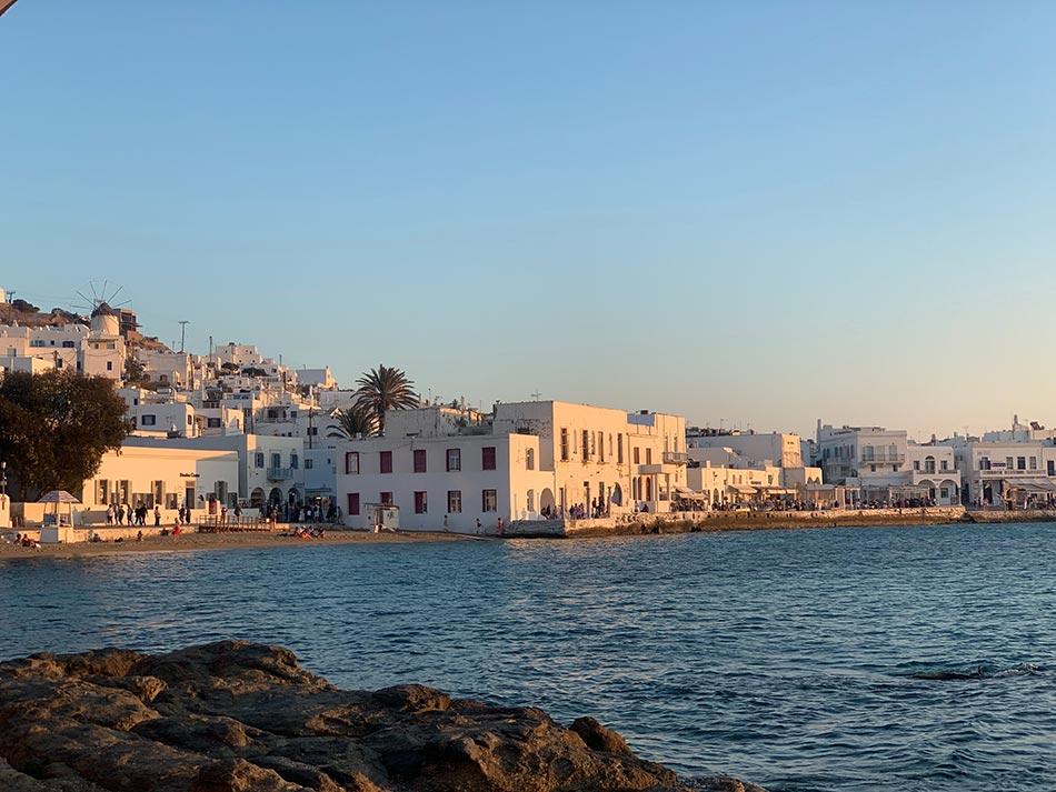 Mykonos Sehenswürdigkeiten - Hafen von Tourlos bei Sonnenuntergang und klarem Himmel